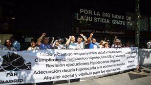 La Plataforma de Personas Afectadas por la Hipoteca se ha concentrado frente al Ilustre Colegio de Abogados de Madrid (ICAM) en protesta por la mala actuación de los abogados de oficio en los casos hipotecarios.