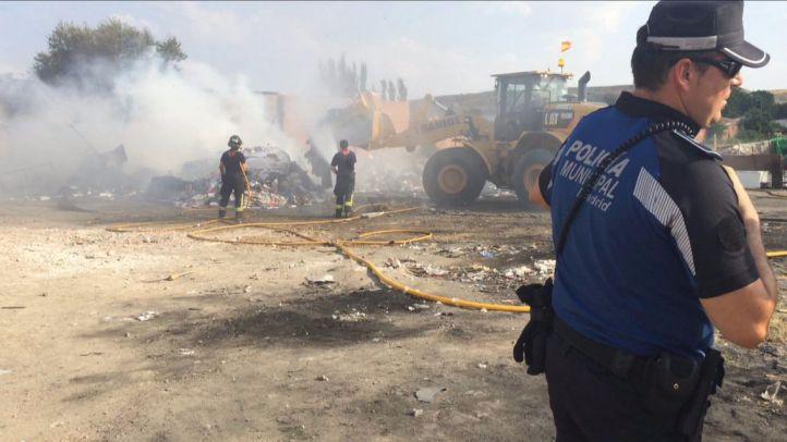 Los bomberos extinguen un aparatoso incendio que ha calcinado dos chabolas en la Cañada Real