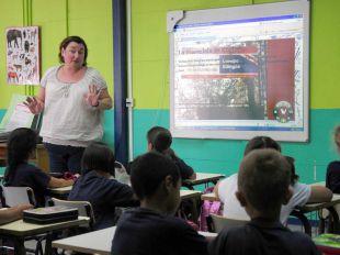 Foto de archivo de alumnos de primaria en un clase