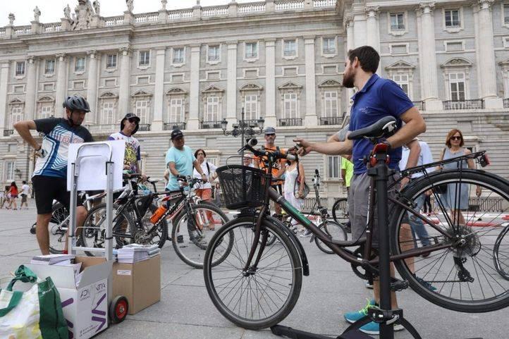 El Ayuntamiento ha celebrado el estreno de los nuevos itinerarios ciclistas con un evento festivo en la Plaza de Oriente