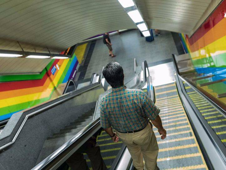 Un pasajero en la estación de Metro de Chueca