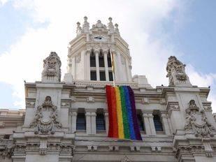 Despliegue de la bandera arcoíris sobre la fachada del Ayuntamiento.