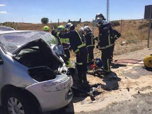 Los Bomberos de la Comunidad de Madrid rescatan al conductor de un vehículo que ha impactado contra una furgoneta en Pinto.