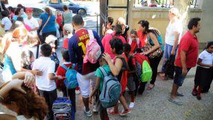 Los alumnos de un colegio salen después de la jornada educativa (archivo)