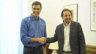 Pablo Iglesias regala a Pedro Sánchez la revista 'The New Left Review'