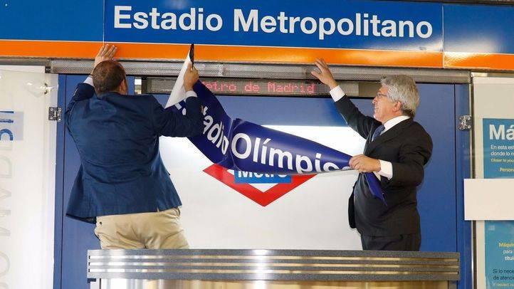 El consejero de Transportes, Infraestructuras y Vivienda, Pedro Rollán, junto al presidente del Club Atlético de Madrid, Enrique Cerezo, cambiando el nombre a la estación Estadio Olímpico, ahora llamada Estadio Metropolitano