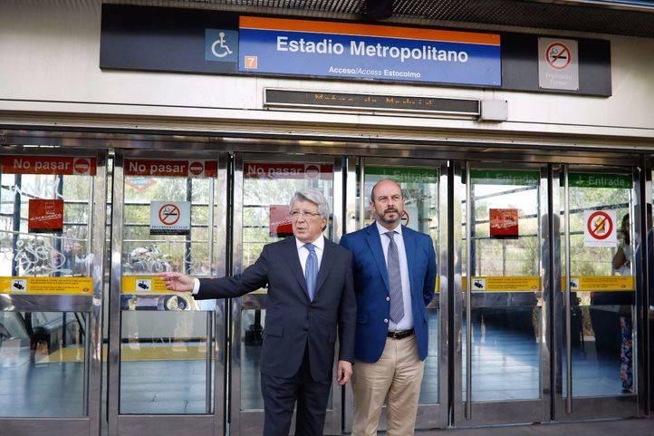 El consejero de Transportes, Infraestructuras y Vivienda, Pedro Rollán, junto al presidente del Club Atlético de Madrid, Enrique Cerezo.