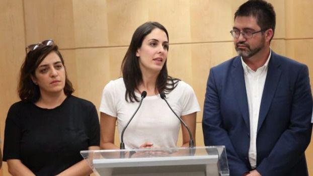Rita Maestre, junto a Celia Mayer y Carlos Sánchez Mato en la rueda de prensa tras conocerse la querella contra los dos concejales.