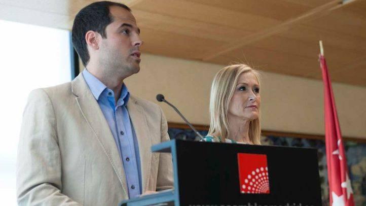 Cristina Cifuentes e Ignacio Aguado en la firma del acuerdo entre PP y Ciudadanos en la Asamblea de Madrid.