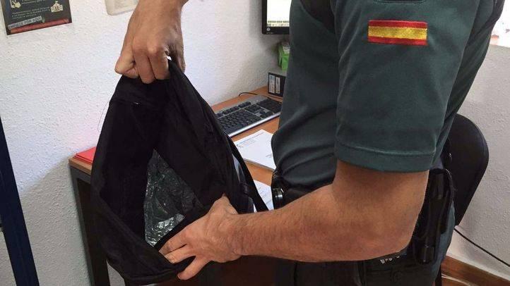 La Guardia Civil muestra el bolso que utilizaban los ladrones, forrado con papel de aluminio para evitar los dispositivos de alarma.