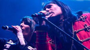 Zeta, cantante de Mägo de Oz, junto con Patricia Tapia, corista del grupo