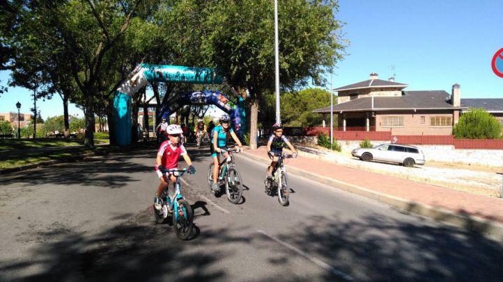 Algunos ciclistas al comienzo de Las 8 Rutas de Colmenar Viejo