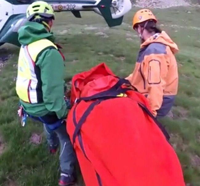 Los equipos de rescate ateniendo a los montañeros madrileños