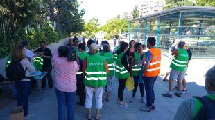 Los vecinos de Alameda de Osuna vuelven a limpiar las calles del barrio