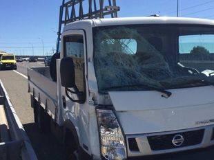 Así ha quedado el camión que ha atropellado a un guardia civil en la A-1.