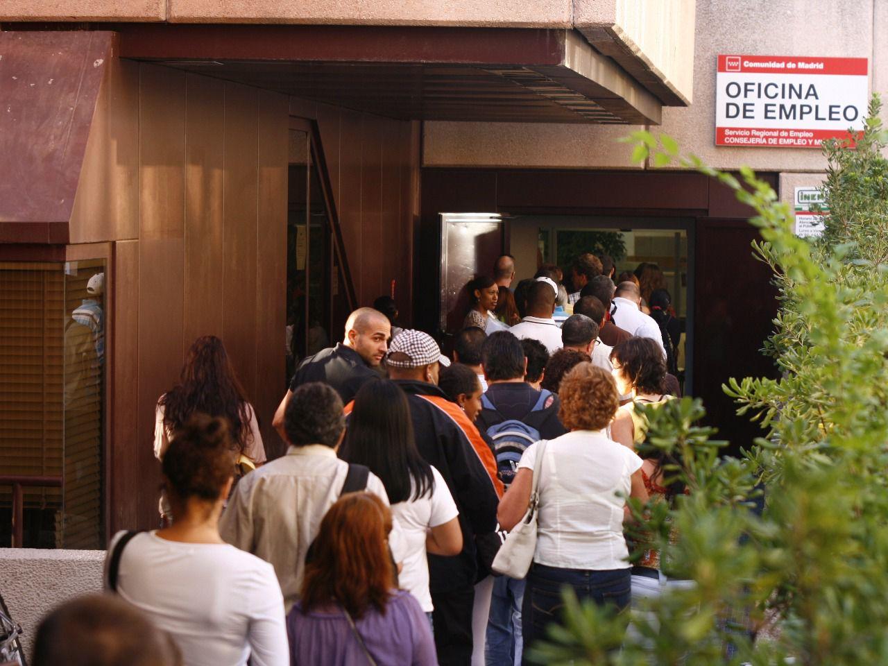 El paro baj en personas en junio en la comunidad for Oficinas de la comunidad de madrid