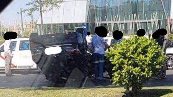 Un VTC vuelca en la Castellana tras chocar contra un taxi