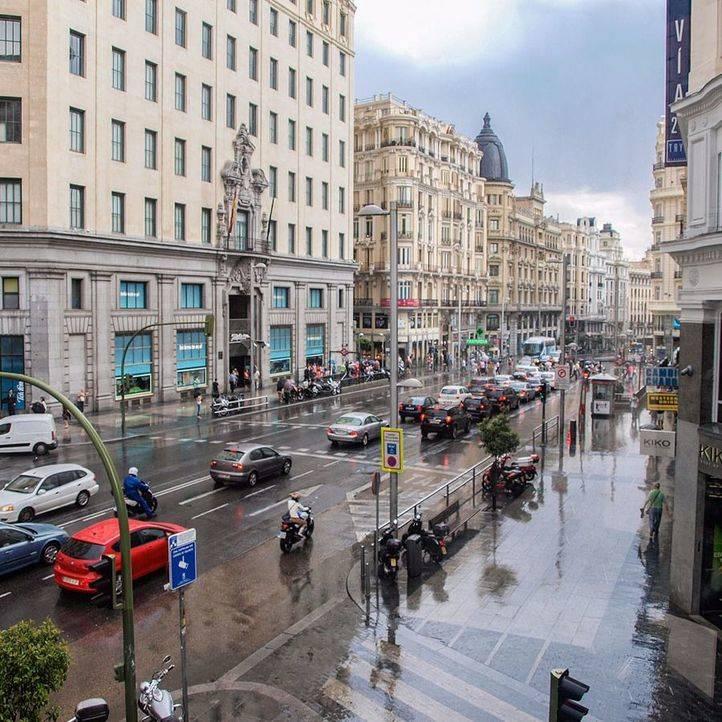 Lluvia en la calle Gran Vía (archivo)