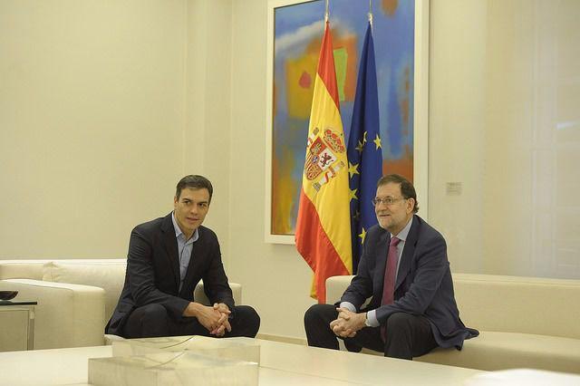 El presidente del Gobierno, Mariano Rajoy, y el secretario general del PSOE, Pedro Sánchez, se reúnen en La Moncloa