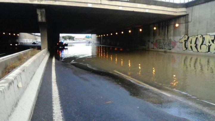 Un túnel de la M-40, a la altura de Alcorcón, cortado al tráfico por la intensa lluvia