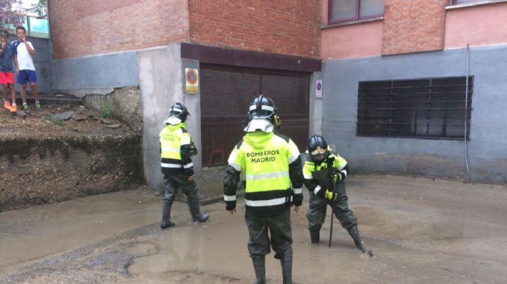 Los Bomberos rescatan a cinco personas atrapadas en su vivienda en Barajas