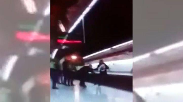 Captura del vídeo en el que se ve el momento en que los dos hombres caen a la vías del Cercanías en Embajadores