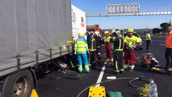 Rescatado un camionero atrapado en la cabina del vehículo una hora y media