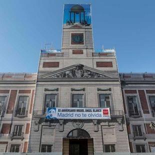 La Comunidad despliega una pancarta en la fachada de la Real Casa de Correos