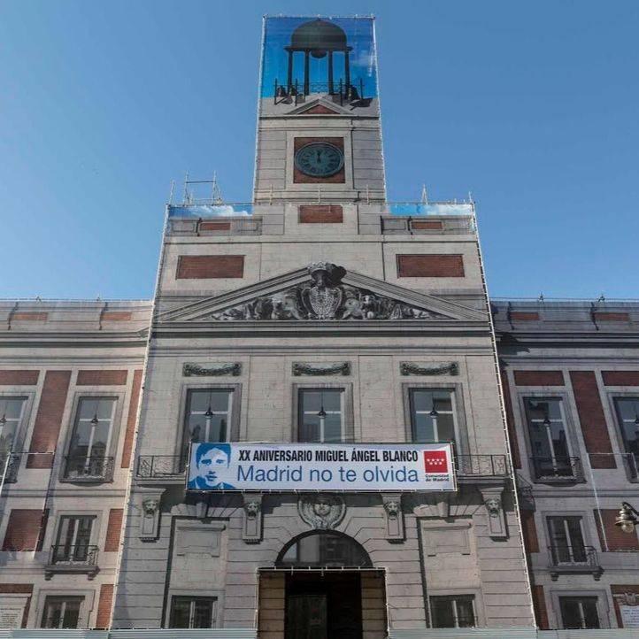 Pancarta de Miguel Ángel Blanco en la fachada de la Real Casa de Correos