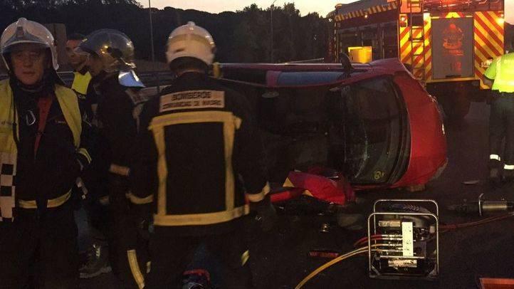 Los bomberos rescatan a los heridos en el accidente de tráfico