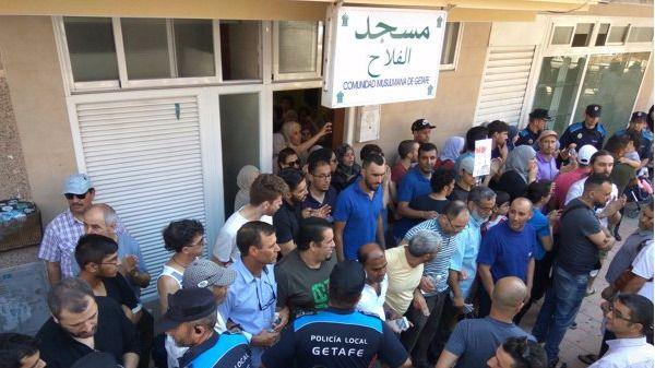 Decenas de personas impiden el cierre de una mezquita en Getafe pero el Ayuntamiento no desiste