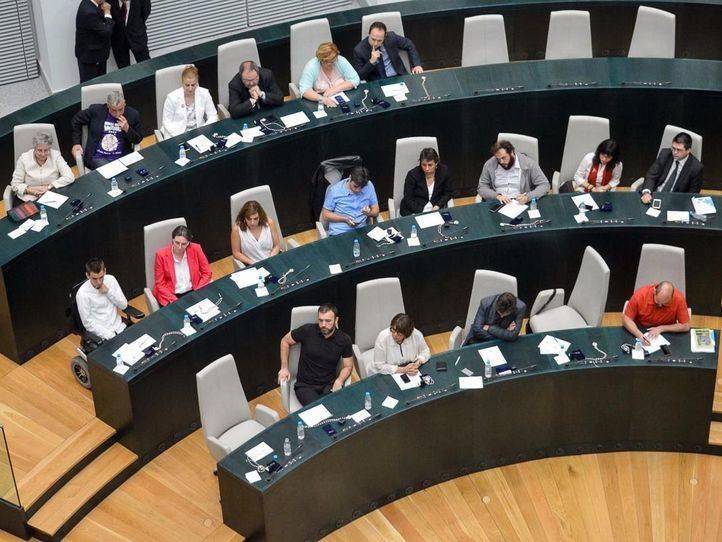 Bancada del grupo parlamentario en el ayuntamiento de Ahora Madrid, Carmena y Rita Maestre se encuentra en la mesa principal.