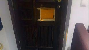 La puerta de la casa de David Enquita después de la agresión