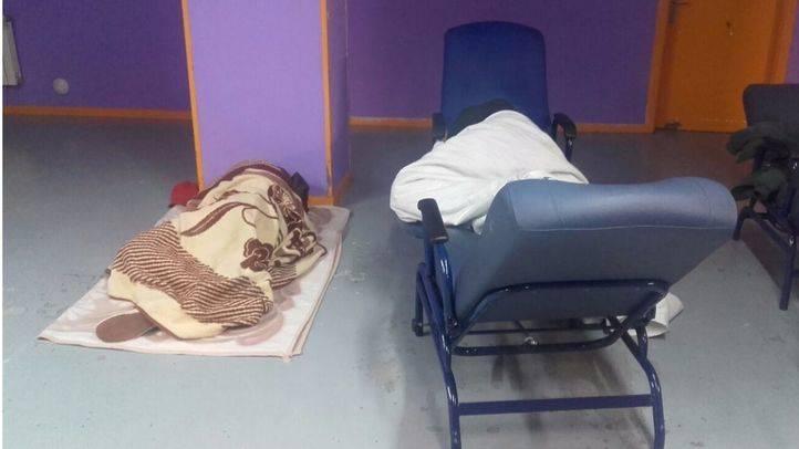 Personas descansando en el Centro de atención 'La Rosa'.