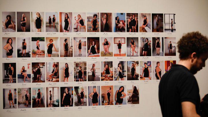 Yolanda Domínguez reflexiona sobre la presión de los cánones de belleza con su exposición 'Little Black Dress'