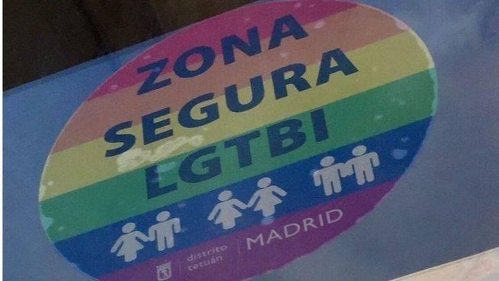 Pegatinas arcoíris en bares y centros culturales de Tetuán marcan las 'Zonas Seguras LGTBI'