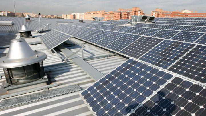 Vecinos de San Sebastián colocan placas solares para producir su propia energía
