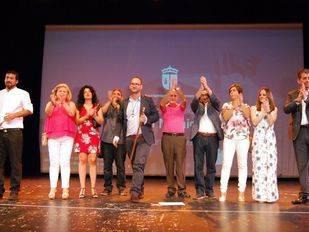 El nuevo alcalde de Valdemoro, Serafín Faraldos, en el teatro Juan Pardo junto a los concejales de su partido, IUCM y Ganemos que le acompañarán en el Gobierno