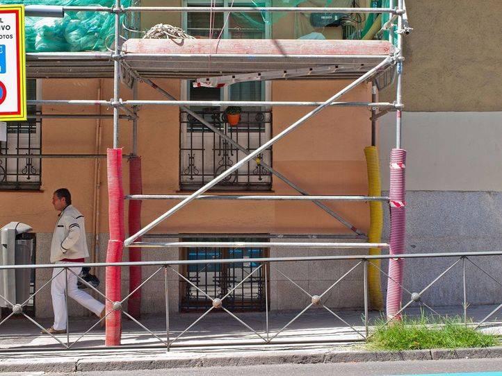 Dos trabajadores, heridos tras caerse de un andamio en Usera