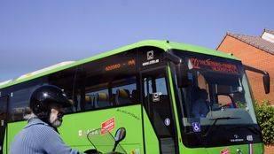 Un motorista parado ante un autobus Interurbano línea 422 en Valdemoro.
