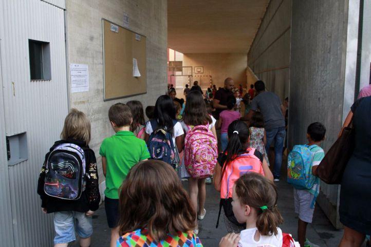 Alumnos entrando en un colegio público