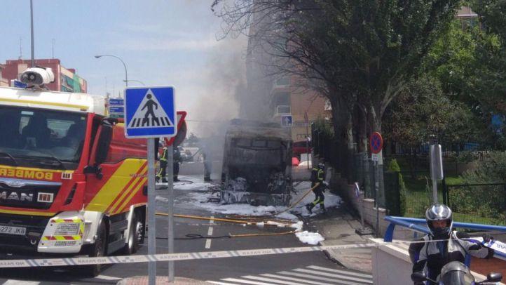Un autobús sin pasajeros, calcinado por un incendio en la avenida Cardenal Herrera Oria