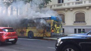 Autobús ardiendo en la calle Velázquez.