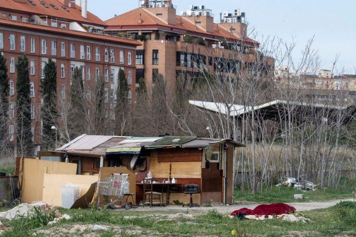 Asentamiento chabolista en un descampado propiedad de Adif y el Ayuntamiento de Madrid en Delicias