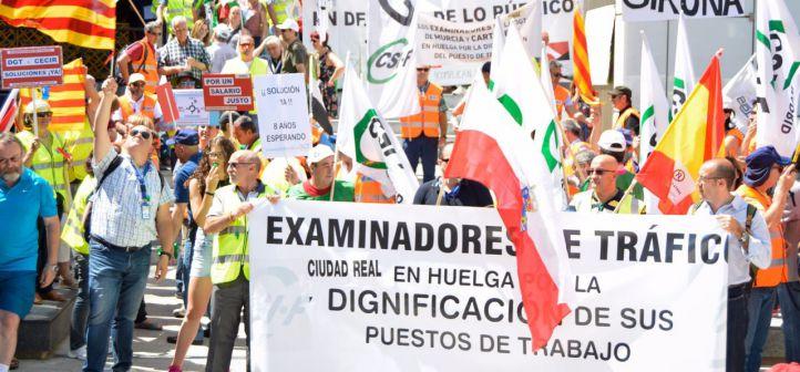 Foto de Archivo: Concentración de los examinadores de tráfico en la jornada de huelga convocada en toda España para protestar por la 'asfixiante' falta de personal en el colectivo.