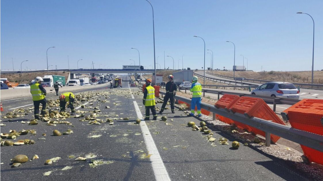 La carretera A-4 cortada al tráfico por los melones.