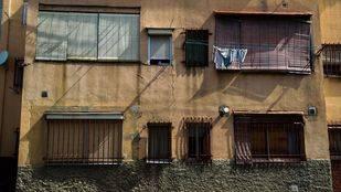 Estado de la fachada de otra de las viviendas de la Colonia Experimental de Villaverde. (Archivo)