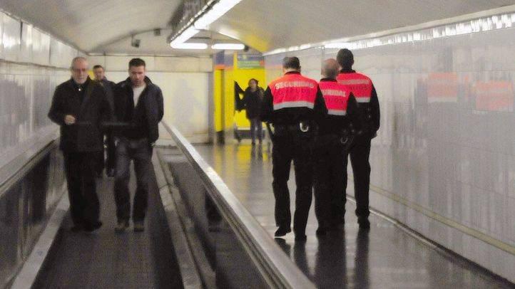 Vigilantes de seguridad de Metro en un pasillo