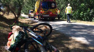 Equipos de Emergencias atienden a un ciclista tras un accidente