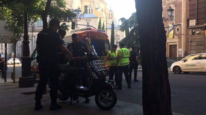 Emergencias Madrid ha atendido a una anciana atropellada por una moto en la calle Bailén.